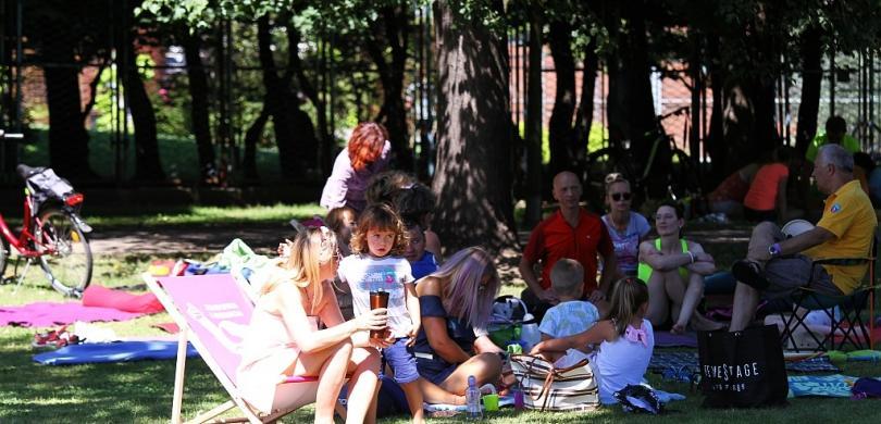 Pogodzinach Aktywnie Beda Kolejne Sniadania Na Trawie W Parku