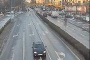 Legnica - Policjant pomaga przejść przez ulicę